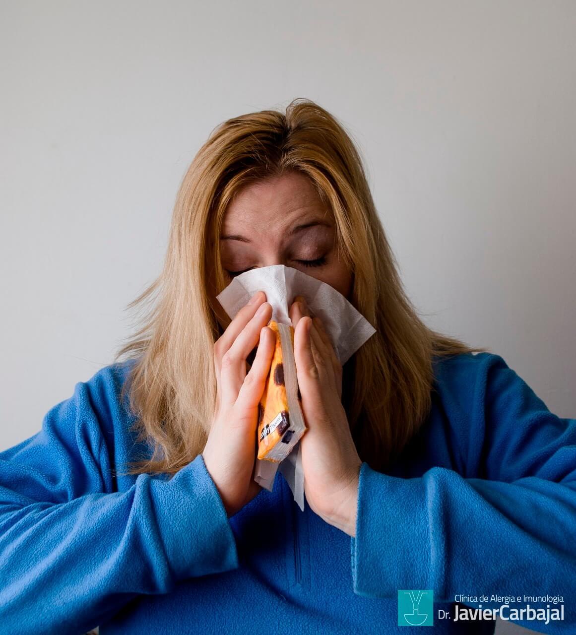 Mulher Espirrando Alergia