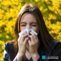 mulher com alergia espirra